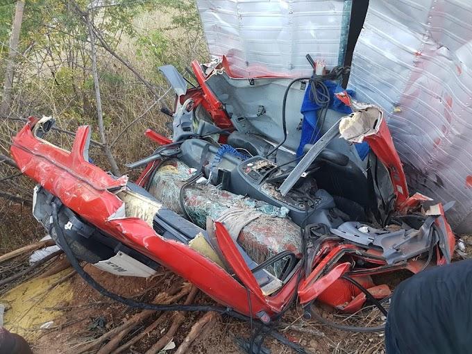 Ipueiras-CE: Motorista e ajudante morrem após caminhão cair em ribanceira