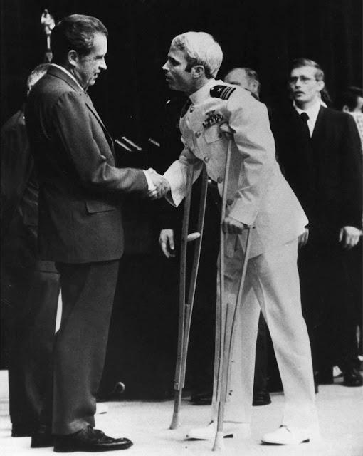 Prezident Richard Nixon vítá McCaina po návratu do vlasti