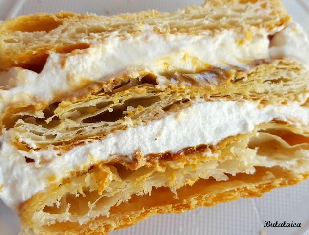 Tarta milhojas de merengue y dulce de leche