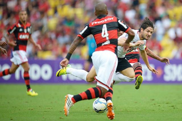 Por Pato, Flamengo oferece trio de jogadores ao Corinthians