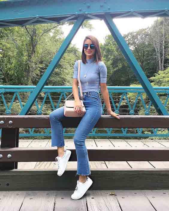 Camila coelho vestindo calça jeans e tênis