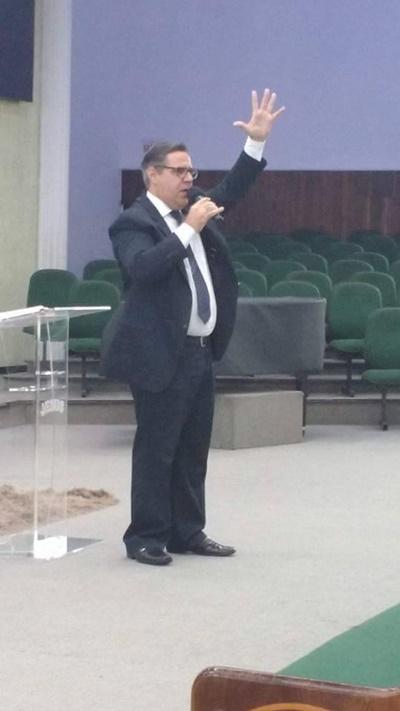 Pastor Edilson Turato, pregando na IEADJO com as mãos erguidas