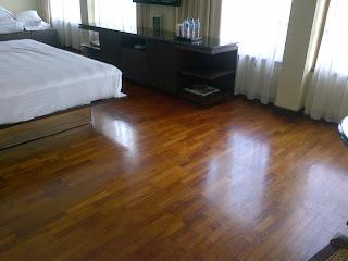pemasangan lantai kayu di kamar tidur