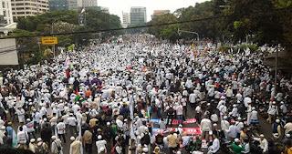 """Lautan Umat Islam di Depan Bareskrim Polri Jakarta, Amien Rais : """"Tangkap Ahok! Allahu Akbar"""""""