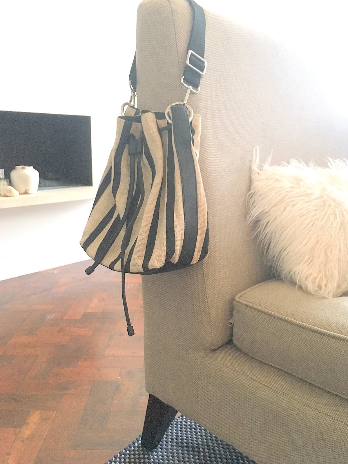 bucket bag other stories, what bags to wear now