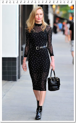 ケイト・ボスワース(Kate Bosworth)は、ケー/ラボ(k/lab)のシアーロングスリープワンピースとサルヴァトーレフェラガモ(Salvatore Ferragamo)のショルダーバッグを着用。