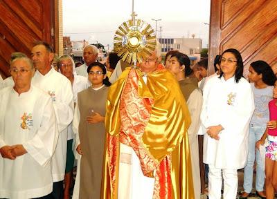 Resultado de imagem para Padre Ramos com o santissimo sacramento