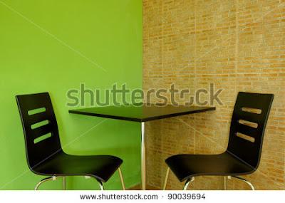 sillas y mesa bonitas para cafetería