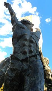 Homem de Braços para o Alto no Monumento ao Cooperativismo, na Praça das Flores, em Nova Petrópolis