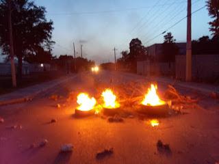 Apagones encienden a Cachón esta noche con quemas de neumáticos