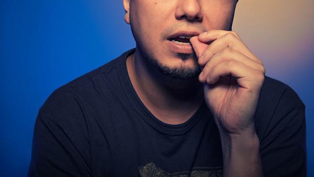 Un hombre casi pierde la vida por morderse las uñas