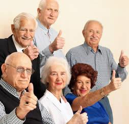 Fotos de ancianos saludando con la mano