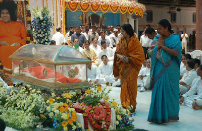 Devotees tribute to baba