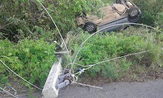 Motorista cochila ao volante, derruba poste e capota na BR-104 em Cuité