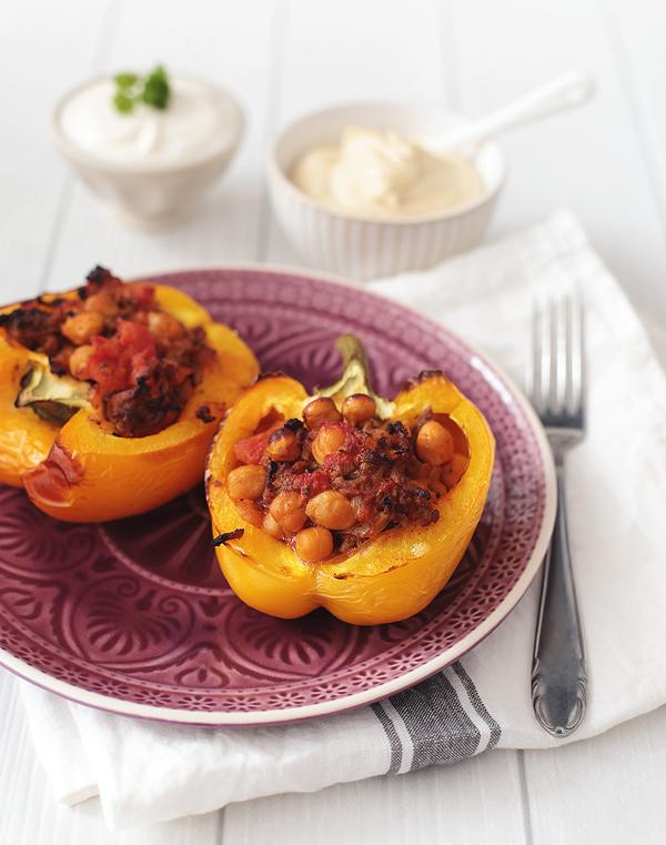 gefuellte Paprika mit Rinderhack, Kichererbsen, Hummus
