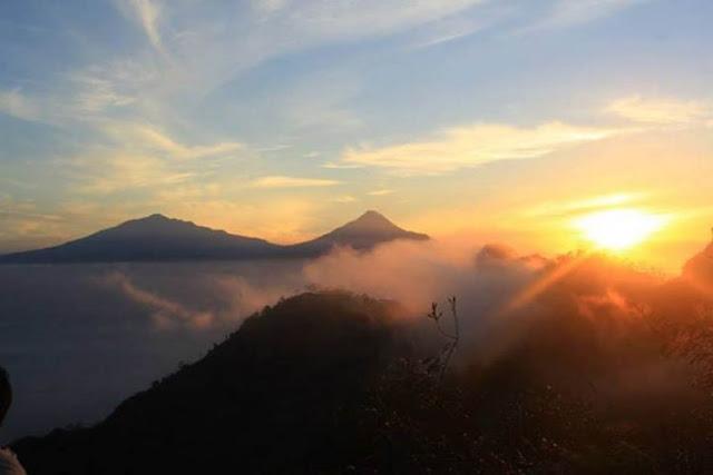 Menikmati Keindahan Matahari Terbit Di Puncak Suroloyo, Kulon Progo