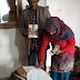 शहीद तिलक को जन्म देने वाले माता-पिता के चरण स्पर्श करने के लिए एक व्यक्ति हरिद्वार से उनके घर पहुंचा