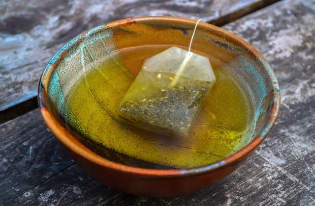 Untuk membuat tubuh tetap segar, konsumsilah salah satu merk teh hijau setiap hari. Efek teh hijau membuat tubuhmu lebih segar setiap hari