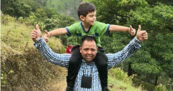 Con sonrisa del niño Cristo José y su padre celebran la liberación después 7 días de cautiverio.