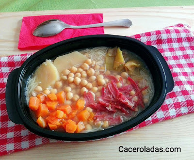 Puchero de garbanzos con fideos, verduras y carne