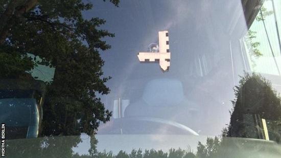 Hình ảnh cửa kính xe bị đối tượng dùng súng tấn công.