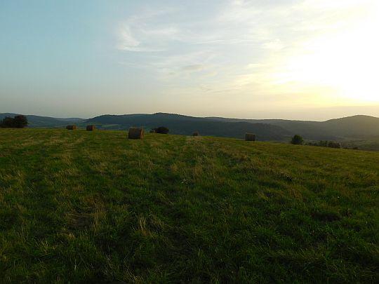 Na prawo od Przełęczy Beskid nad Czeremchą widać wschodnią część granicznego Beskidu Dukielskiego.