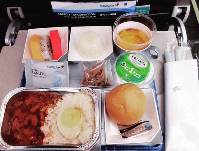 Hãng hàng không Malaysia có món chính là cơm, một miếng bánh mì, trái cây, một chiếc bánh thạch truyền thống cùng với ít đậu phông và thức ăn vặt.