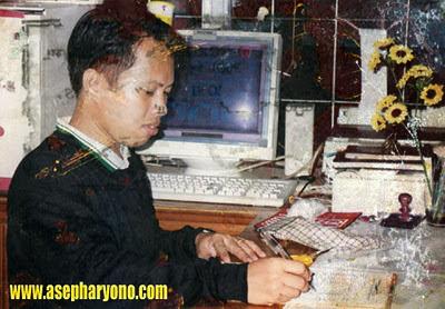 KENANGAN : Saat saya masih kerja sebagai petugas Billing di warnet KOPMA UNTAN di tahun 2001 yang lalu. Sudah lama memang. .Dokumen fotonya masih ada juga ya.  Foto dokumentasi pribadi