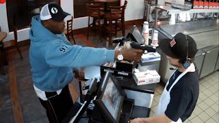 Υπάλληλος σαντουιτσάδικου αντιδρά με τον πιο εξωφρενικά χαλαρό τρόπο σε ληστεία (Βίντεο)