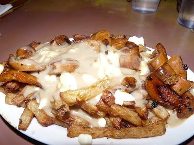 manger une poutine à La Banquise Montréal