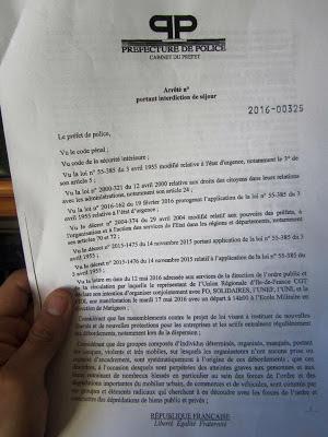 Διαταγή απαγόρευσης της κυκλοφορίας που επιδίδουν οι αρχές σε πολίτες στο Παρίσι από το πρωϊνό της Κυριακής, 15 Μαΐου