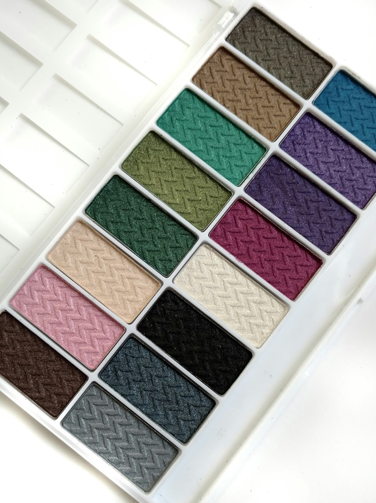 L.A. Colors Smokin' 16 Color Eyeshadow Palette Review & Swatches ...
