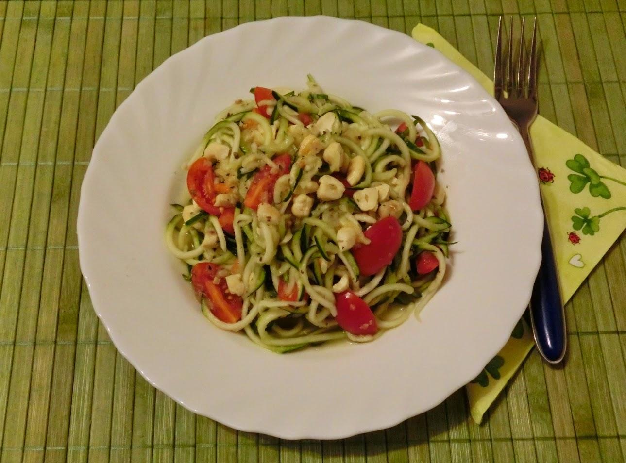 bhakti yoginis blog zucchini spaghetti in gurken tomaten so e. Black Bedroom Furniture Sets. Home Design Ideas
