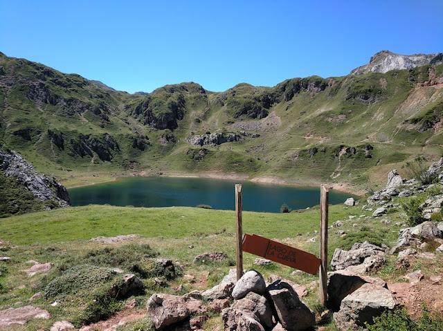 Lago de la Cueva desde el sendero al llegar