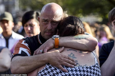 2 - Mother of a 15-year-old girl who died in the Manchester bombing breaks down during vigil (photos)