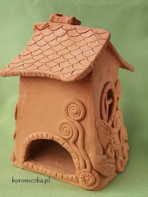 Gliniany domek czeka, aż ktoś w nim zamieszka