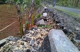 Baru Tiga Bulan,Proyek  Talud Tebing DPU BMCK Ambrol