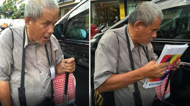 Tak Ingin Mengemis, Kakek Buta Ini Pilih Jualan Majalah Di Sepanjang Jalan Sendirian