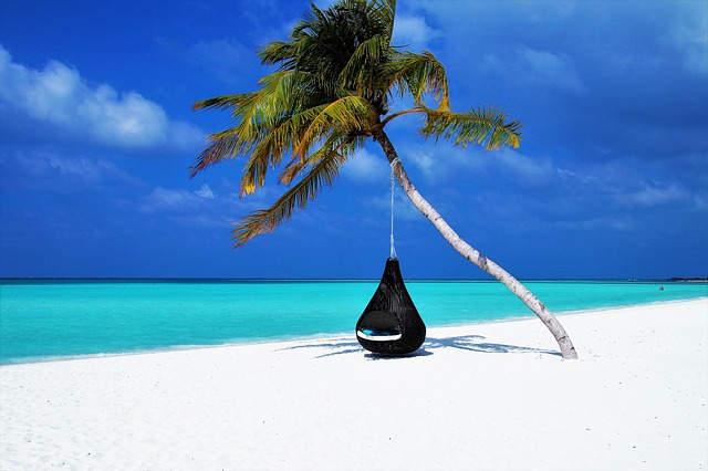 Pasir putih di pantai Maldives