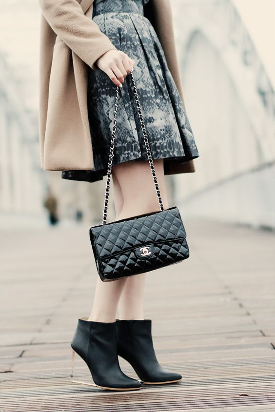 French Women Show You the Best Way To Wear Chanel Handbags In 2017 Winter