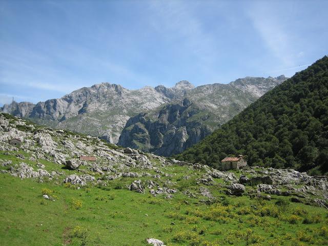 Rutas Montaña Asturias: Vistas de la majada de Sabugo, en la senda del Arcediano, camino al Canto Cabronero