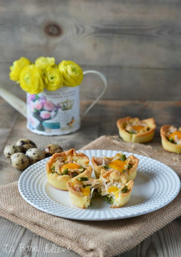 Tartaletas de espárragos, pollo y huevo de codorniz