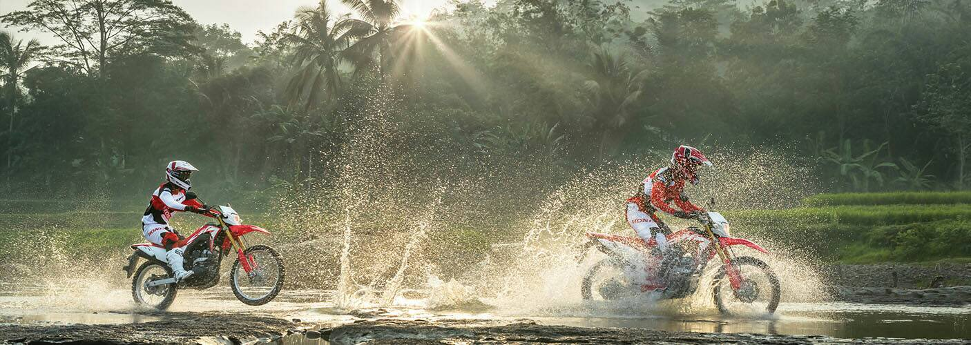 Spesifikasi FItur dan Keunggulan Motor Honda CRF150L Astra Honda Motor Naga Mas Motor Klaten, Dealer Asli Motor Honda wilayah Sukoharjo, Wonogiri, Karanganyar, Sragen, Boyolali, Jawa Tengah. Inden Brosur Harga Kredit Terbaru November Desember 2018.