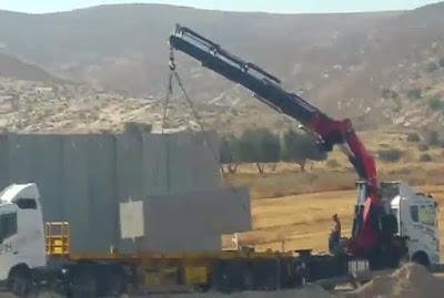 Alrededor de medio año después de que el ex ministro de defensa Moshe Yaalon prometiera que una nueva barrera de seguridad se construiría al sur de Hebrón, hoy comenzó la construcción.