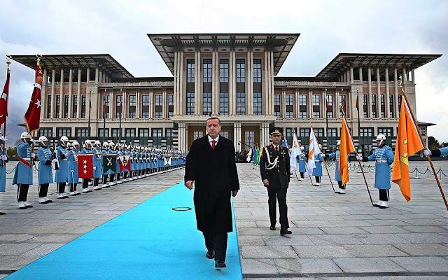 Σε έλλειψη ρευστότητας κολλάνε τα φαραωνικά σχέδια Ερντογάν