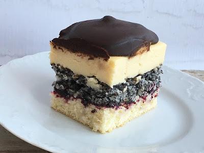 Ciasto z kremem, makiem, wiórkami i biszkoptami polane czekoladą