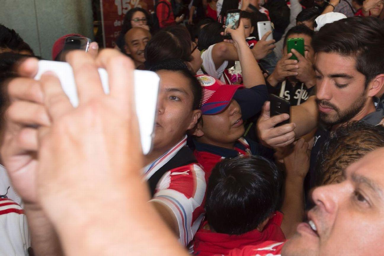 Los guardias del aeropuerto tuvieron dificultades para controlar a la multitud que se congregó para recibir a los rojiblancos.