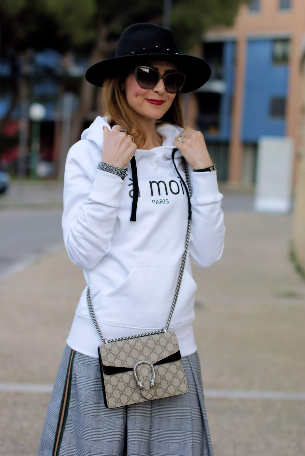 A Moi Paris: my easy daytime look with a white hoodie on Fashion and Cookies fashion blog, fashion blogger