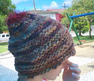 gorro de lã em tons acobreados na cabeça de uma menina