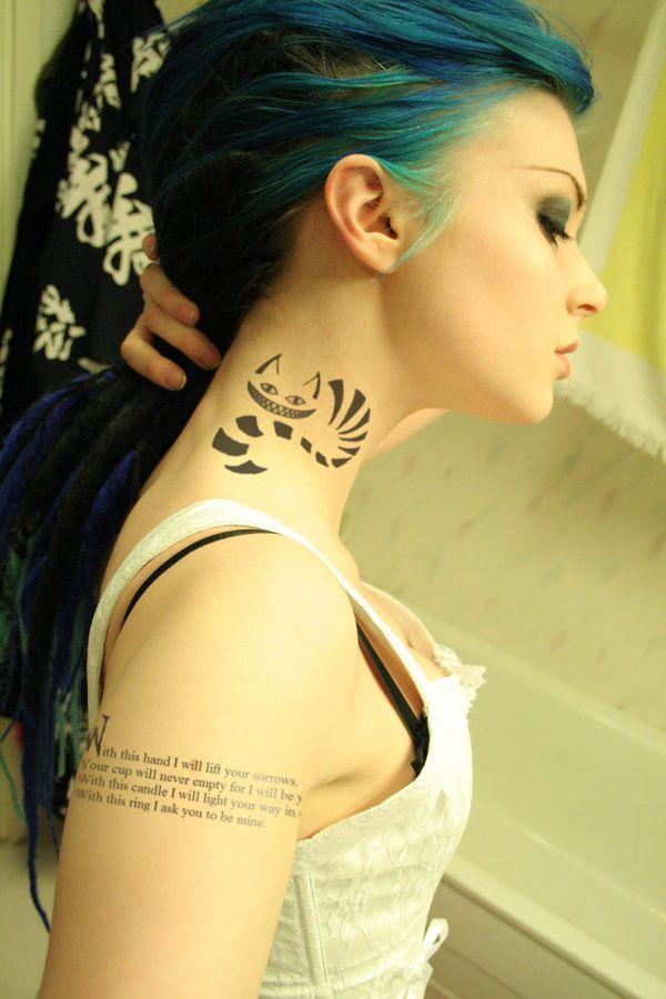chica que lleva el tatuaje del gato de gershire en el cuello